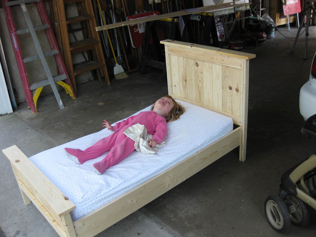 Awesome Toddler Farmhouse Bed