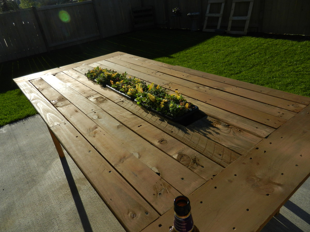 Ana white outdoor pallet table with recessed planter box for Bricolage jardin