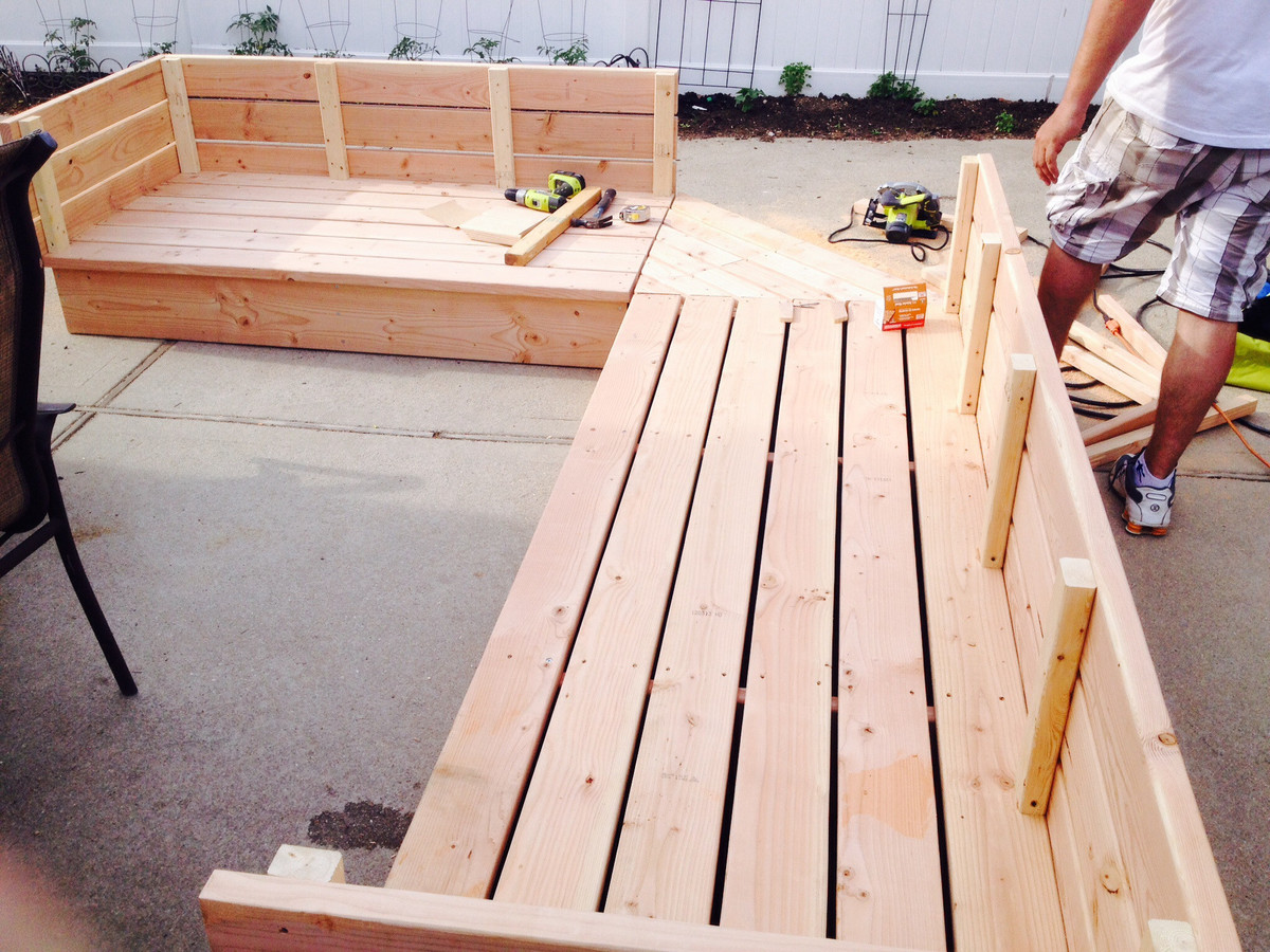 Pallet patio sectional - Pallet Style Outdoor Platform Sectional Variation With Patio Table