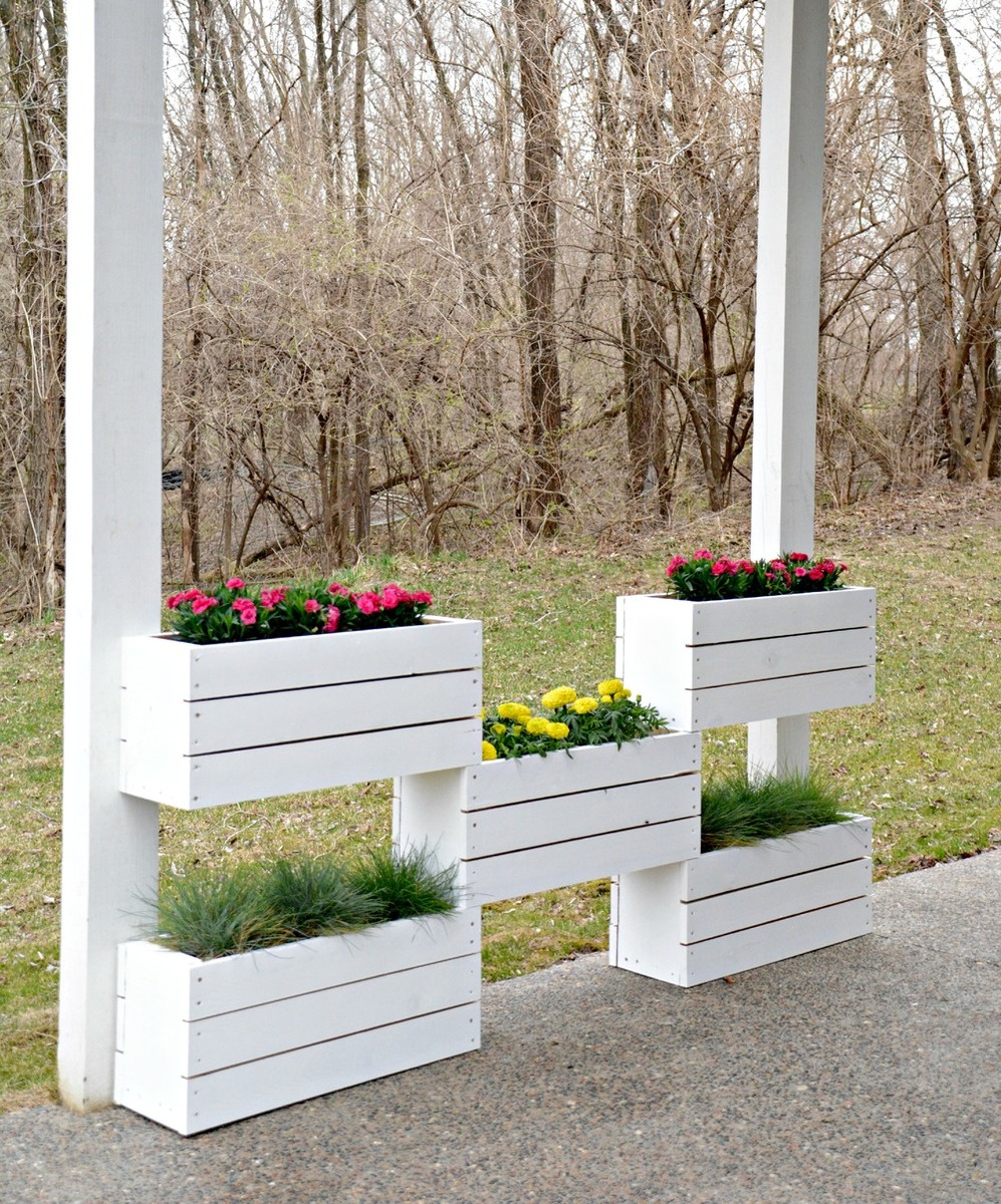 Ana white diy vertical planter by decor and the dog for Vertical garden planters diy